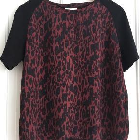 Lækker Ganni T-shirt som jeg ikke får brugt da den er lidt for lille.  Fedt dyreprint og sorte ærmer.  God kvalitet fra Ganni :)