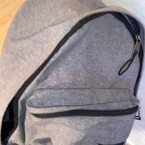 """Helt vildt fin rygsæk fra eastpak som er udgået. Den er grå """"eastpak out of office backpack"""" der har computerlomme i + ekstra lomme øverst, en lomme foran og et stort rum i midten.  Den er meget funktionel, og fungerer godt som både skole-og rejsetaske. Den er næsten ikke brugt og er i super fin stand og fremstår som ny.  Nypris: 450kr  Byd"""