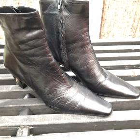 Støvlerne er meget lidt brugt - som ses på foto - uden brugsspor - de er  lavet i sort skind og er fra Rudy & Harald - ny pris kr 999,-.