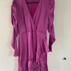 """Flotteste pink kjole fra Neo noir. Den er brugt én gang. Med rynkeeffekt ved skuldrene. Med """"pufærmer""""."""