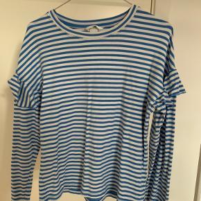 Så flot langærmet blå/hvid stribet trøje fra H&M med fin flæsedetalje på ærmerne. Brugt for en kort periode, men fremstår i god stand. Byd meget gerne!! Skriv gerne for flere billeder🌸🌸