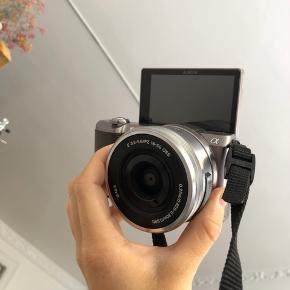 Jeg sælger dette sony a5100 systemkamera med flip skærm, da jeg har investeret i et andet kamera. Der medfølger en 16-50mm objektiv og en lille kamera taske det fint passer i og som ikke fylder så meget - og der medfølger selvfølgelig også oplader. Kameraet er fantastisk til billeder og er oplagt til videoer grundet dens flip skærm så man har mulighed for også at filme sig selv.   Det fejler absolut intet og er dårligt nok blevet brugt. Det har ikke en ridse eller skramme, det er i absolut perfekt stand.   Kvittering haves.