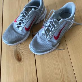 Grå , sølv og røde mine sneakers,