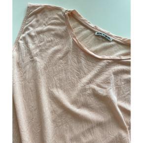 Skøn Acne tank top med assymmetrisk snit forneden. Skøn lyocell kvalitet og fin rosa agtig farve. Perfekt til sommer. Str. L (passer en s-l afhængigt af, hvordan den skal sidde. God stand. Nypris 899,-
