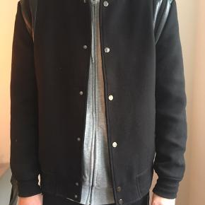 Super fed baseball-jakke i sort. Tung jakke, der både kan bruges som jakke på kolde og lune dage. Str. XL