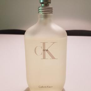 200 ml - meget lidt er brugt. Fragten bør være omkring 36 kr. med Coolrunner.