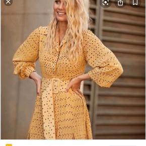 Smukkeste rotate kjole! Får den desværre ikke brugt. Knappen under bæltet var faldet af under fragten fra køb - dette er dog det eneste slitage ved kjolen! Kan afhentes i Århus C ellers sendes på købers regning Byd gerne