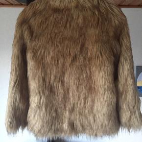 ASOS petite faux fur pels i beige str. 32 (stor i størrelsen) nypris 799kr aldrig brugt