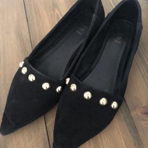 Sælger disse fine loafers med guldknapper fra Shoe the bear, da jeg ikke får dem brugt. Skoene er brugt 2-3 gange og er derfor i rigtig fin stand