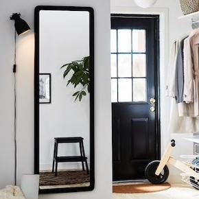 Spejl fra IKEA. Måler 45x140. Aldrig været hængt op, blot stået på gulv. Afhentes i Aalborg C.