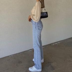 - Pris er inkl fragt :))  Mega flotte Levis jeans, i perfekt stand 💜 Bemærk at billederne er ikke mine, men de ligner på en prik - da jeg ikke kan passe dem bliver egne billeder med dem på, ikke sendt ☺️ (De er lige så flotte i farven)  • Sørger for at gøre handlen CO2 neutral ved salg - tilbyder mængderabat! 🌳