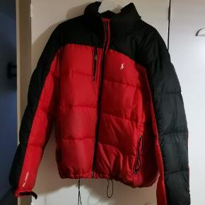 En jakke jeg harhaft glæde af. Der er et par brugsspor. Byd