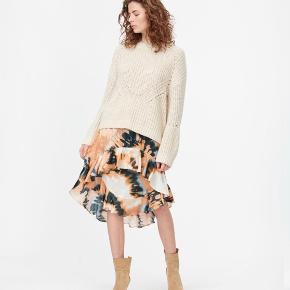 Sælger denne smukke sweater fra Munthe da jeg har købt den ved en fejl. Strikken er i en størrelse 34 (xs) og koster 1500 kr. for ny. 😊✨