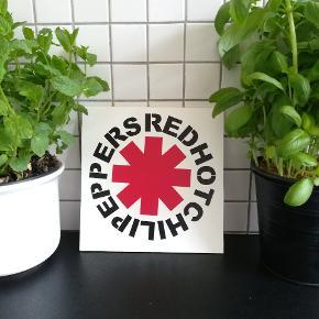 Skilt med tryk af Red Hot Chili Peppers Måler ca 20x20cm. Hjemmelavet.