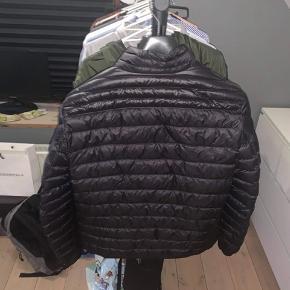 Sort moncler jakke  Str.3  Har alt OG Skriv for flere billeder  BYD