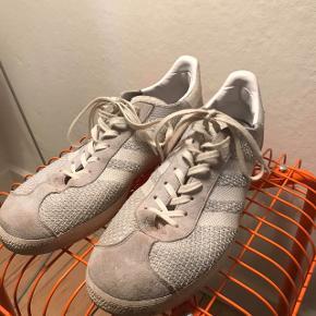 Fede Adidas sko, som naturligvis bliver vasket inden salg. Der kommer nye billeder op hurtigst muligt, hvor de er vasket.   Maks brugt 5-10 gange, så fremstå flotte! 44,5