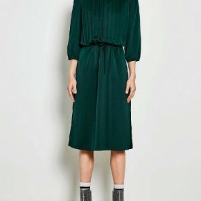 Smuk kjole fra Moves By Minimum i grøn farve. Denne kjole er designet i den skønneste kvalitet, der falder smukt og skinner i lyset. Kun været på 1 par timer. oprindelig købs pris 599 kr.