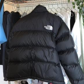 Populær jakke fra The north Face.  Sælges grundet jeg ikke får den brugt, da den er for stor til mig.   Købt på Zalando, her i vinters og er blevet brugt i 1-2 måneder, hvilket man slet ikke kan se på den.  Er åben for bud