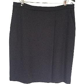Max Mara nederdel i mørkeblå str. 48 Itl, svarende til dansk 44, fuld foret med sidelommer, aldrig brugt. Mål liggende fladt: Længde 52 cm Talje 44 cm.