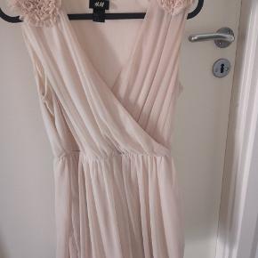 Vintage kjole af ældre H&M kollektion, været brugt få gange, og ingen fejl.