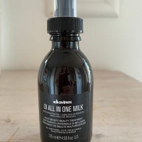 Davines Oi All In One Milk tilfører håret næring, og giver samtidig et sundt og velplejet hår, med masser af glans. Den giver håret fugt og modvirker desuden kruset hår, foruden det er den ideel til brug i forbindelse med varmeredskaber som krøllejern eller glattejern, da den virker varmebeskyttende. Olien indeholder den skønne Roucou oile, som er rig på beta-caroten og antioxidanter. Beta-caroten og antioxidanter er med til at sikre, at dette produkt giver fantastiske resultater. Med Davines Oi All In One Milk får du et lækkert og velplejet hår.  Fordele:  Nærende Sundt og velplejet udseende med masser af glans Giver håret fugt og modvirker krus Fugtgivende Varmebeskyttende Anvendelse:  Sprayes i håndklædetørt hår Red håret igennem og styl som ønsket