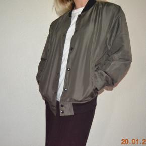 Sælger denne jakke fra ASOS - aldrig brugt - sendes med DAO eller via Tradono-handel 🌞  Se gerne mine mange andre annoncer! Jeg giver mængderabat 🤞🏼