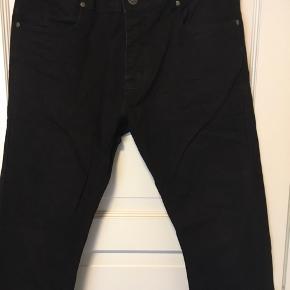 Jeans i sort. Kun brugt en enkelt gang. W:34 L: 32