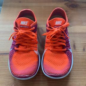 Lækre sneakers / sportssko fra Nike. Modellen hedder Free Flyknit 4.0. Super lette og fleksible, og perfekte som fitness / indendørstræningsko. Har selv købt dem herinde, men får dem desværre ikke brugt, så de må videre😁 Byd endelig!