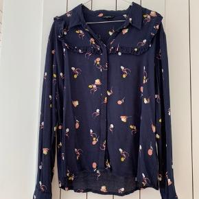 Super fin skjorte med frynser op øverst (vist på billedet) og den er brug få gange.  100% viskose