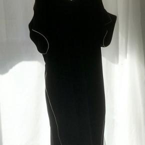 Kjole fra Hofmann brugt 3-4 uden skader, kjolen har flotte udskæringer på skuldrene og i ryggen:))