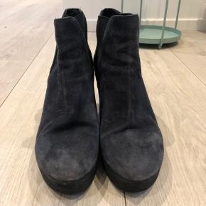 Behagelige sko i ruskind.  Trenger lidt pleje med børste på overfladen. Ellers fine.