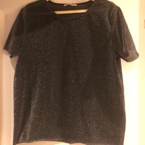 Næsten ubrugt glimmer T-shirt fra Pieces i str S