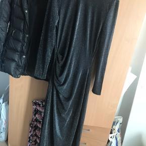 Smuk lang glimmer kjole med slids i siden og v-udskæring bag på🥰 Glimmeret er svær at fange på billede - kan evt sende en video hvis ønskes 🌸