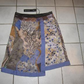 Flotteste nederdel fra St-Martins med lækre detaljer. Ny og ubrugt, porto sat som forsikret pakke med DAO.  Flot Nederdel m Varierende Længde Farve: Flere