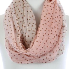 Tørklæde med hjerteprint i polyester Farven er changerende fra rosa til lys beige og hjerterne er brune  Bredde: 60 cm  PRISEN PÅ DENNE VARE ER INKL. LEVERING I DK  ¤¤¤ PRISEN ER FAST ¤¤¤