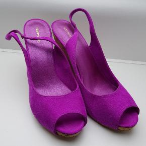 Hæle i super flot stærk lilla i str. 41. De passer også en str. 42. Hæle ca. 10 cm. Slingback kilehæl/kinahæl. 💃