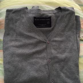 Brand: Black International Varetype: Cardigan Størrelse: XXL Farve: Grå Oprindelig købspris: 299 kr. Prisen angivet er inklusiv forsendelse.