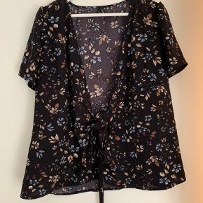 Sælger denne fine wrap/slå om bluse i det fineste print fra Vero Moda💜 Brugt én enkelt aften og derfor som ny.