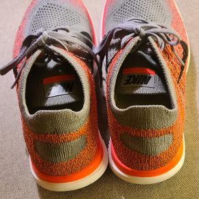 Skoene er ikke så orange nogen steder, som de er på billederne...de er mere pink og så grå. Mit kamera kan ikke fange farven desværre :) Nike Free 4.0 Flyknit. str. 38 -  24 cm Brugt meget kort 1 gang indendørs. Så de er mere eller mindre som nye :)  Har bare ligget i en pose i skabet. Ingen røg og ingen dyr