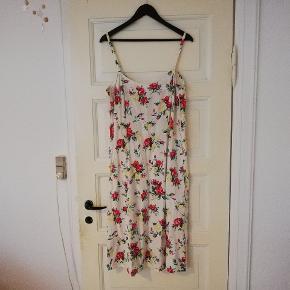 Fin hvid/creme vintage stil kjole med stropper fra Kello med print af roser. Kjolen er en str. 46, kan dog også passes af mindre størrelser hvis man gerne vil have den lidt løs - er selv en ca. M - L ☀️