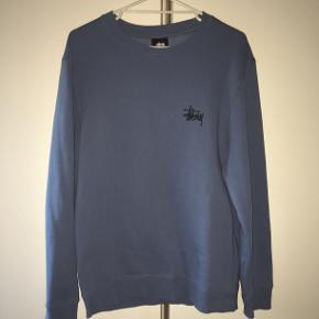 Lys navy stussy sweatshirt i rigtig god stand. Vil vurdere den til at fitte M. Fejler ingenting. BYD.