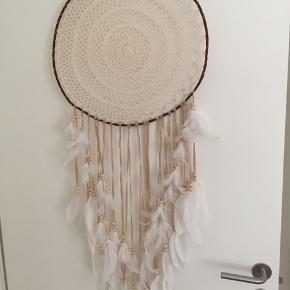 Meget smuk og stor dagdrømmer med fjer og perler.  Fejler absolut intet :-)   Måler 110 cm i længden og ca 40-45 cm i bredden