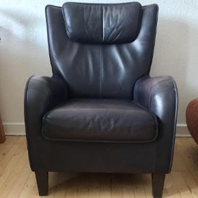 2 flotte lænestole fra firmaet De Sede som har produceret kvalitets lædermøbler i mange år. Sort læder. Fremragende siddekomfort 🙂 Samlet pris.