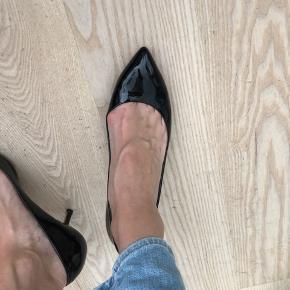 Brugt 2-3 gange. Alm i str. min fod måler 26,5 cm og jeg passer den.