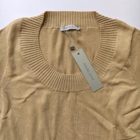 Varetype: NY - Smuk facon, bluse i sand Farve: Sand 125 kr.  Lækker ny bluse fra Saint Tropez m flot halsskæring. Blød kvalitet. NY med mærket på endnu :-)  Str XL. Brystmål 44 x 2 - meget fleksibel i stoffet derudover. Længde fra under ærmet ca. 47 cm.  ***Fast pris. Byd ikke. Bytter ikke*** Gerne afhentning på Frederiksberg. Sender med DAO plus porto. Har MobilePay