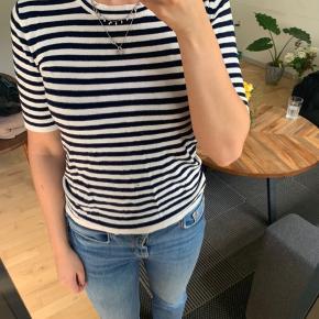 Mørkeblå og hvid strippet strik t shirt.