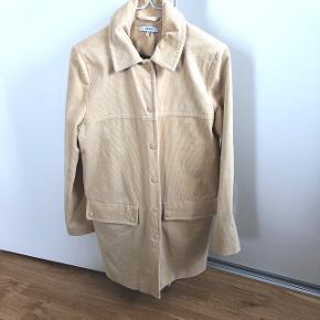 Lækker cremefarvet jakke fra Ganni med mørkerød print indvendig. Står som ny, kun brugt få gange.
