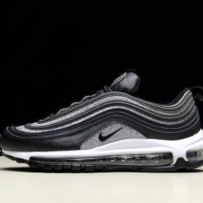Nike Air Max 97 i sort med glimmer i str. 40. Skoene har været brugt en enkelt gang, og fremstår derfor som helt nye. Er åben for bud:))