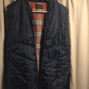 Vest uden skader eller slid! Er brugt sidste efterår som overtøj med tryk trøje under.
