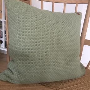 Södahl sailor knit pudebetræk (uden pudefyld)  Farve: grøn Størrelse: 50 x 50 cm Materiale: 100% bomuld Er vaskbar  Meget lidt brugt og fremstår som ny Nypris: 400 kr Prisen er fast